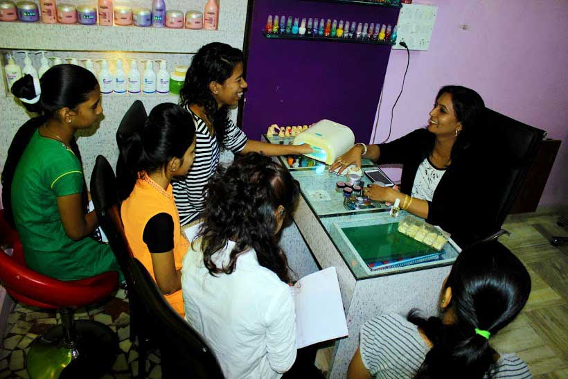 Aura beauty salon academy i mumbai for Salons in mumbai