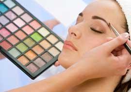 http://aurabeautysalon.in/wp-content/uploads/2014/12/makeup-courses.jpg